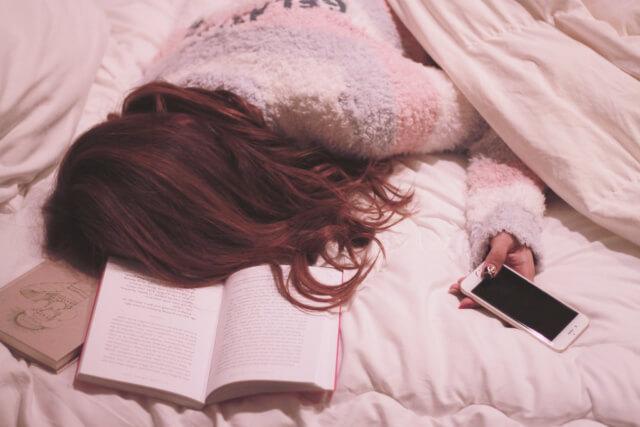 寝落ちする女性
