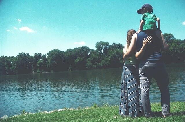 湖畔にたたずむ家族
