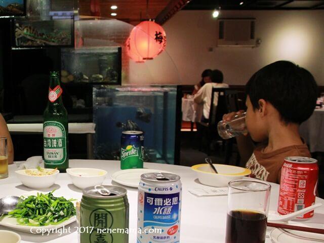 梅子餐廰で生け簀を見る男の子