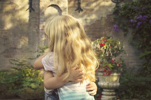 抱き合う子供
